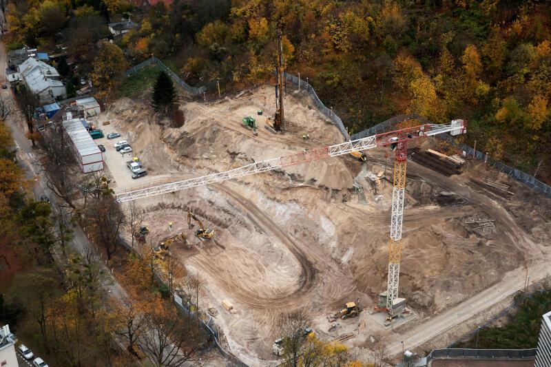 Wykonano już m.in. makroniwelację terenu oraz wykop, kolejne prace trwają - i nie należą do najłatwiejszych. Inwestycja, ze względu na położenie na zboczu, wymaga przemyślanych rozwiązań