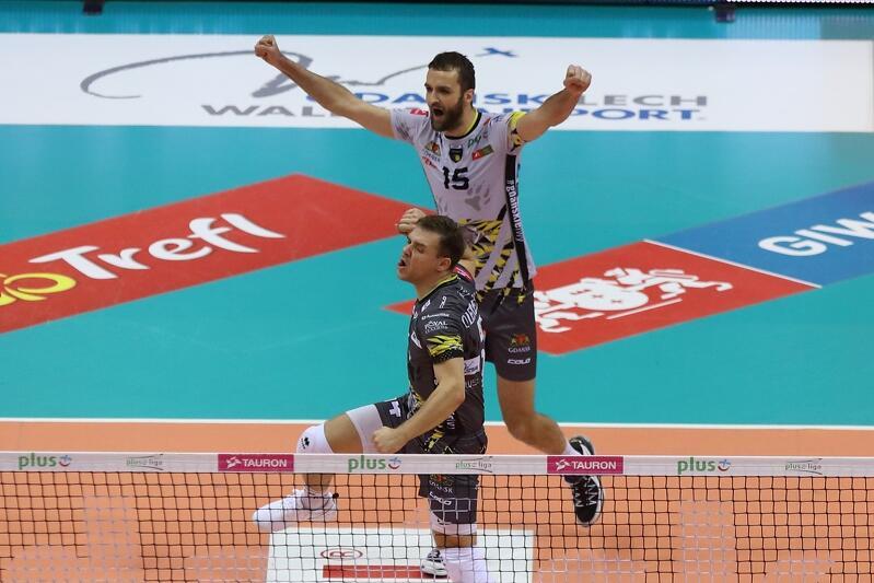 Maciej Olenderek (w czarnym stroju) i Mateusz Mika byli wyróżniającymi się zawodnikami meczu z Asseco Resovią
