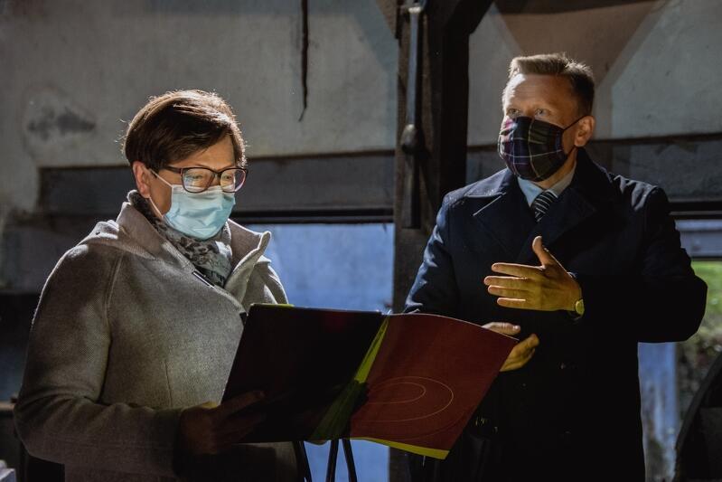 Nz. Hanna Rogoza - wdowa po Leonardzie Andrzeju Dajkowskim i Waldemar Ossowski - dyrektor Muzeum Gdańska