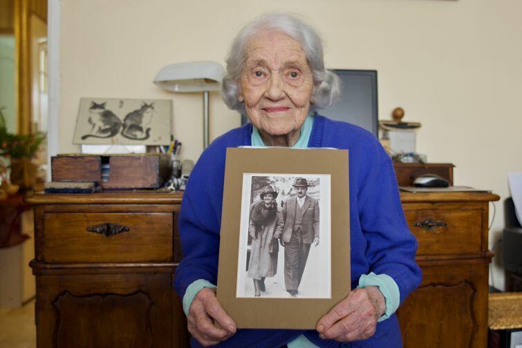 Pani Kalina Łukaszewicz ze zdjęciem z młodości, na którym pozuje ze swoim mężem Leonem Łukaszewiczem. Zdjęcie wykonane w przededniu jej 105 urodzin