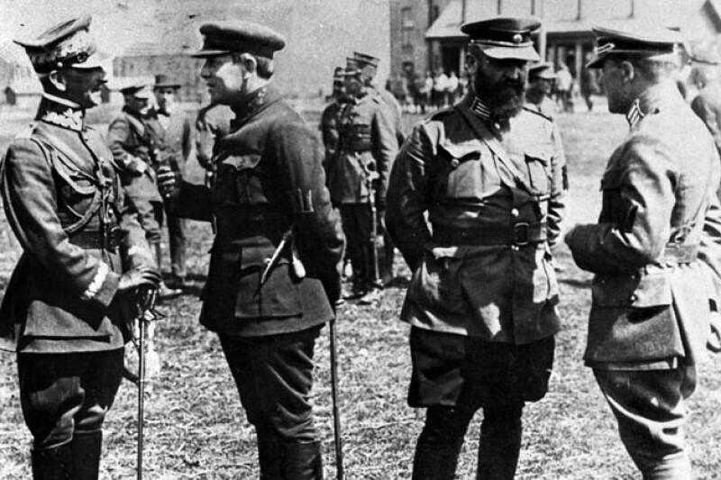 Generał Piotr Bezruczko (drugi z lewej) w rozmowie z polskim generałem, w roku 1920, podczas wojny polsko-bolszewickiej. Po prawej - oficerowie zachodnich armii sojuszniczych