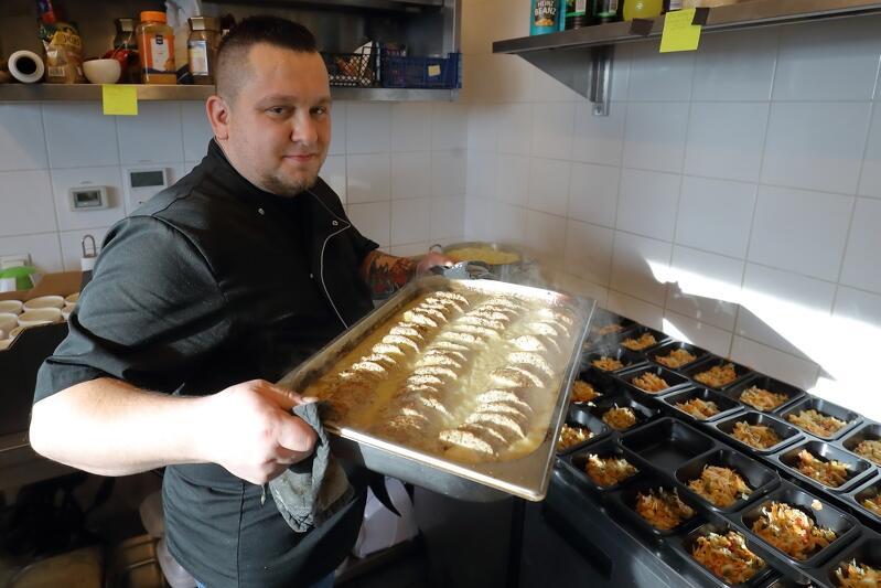Rafał Brzykcy właściciel Bistro Dwa Smaki w trakcie gotowania posiłków w ramach akcji Gdańsk Pomaga