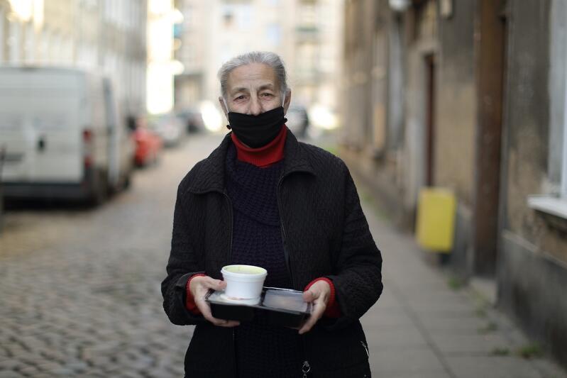 Pani Halinka kibicuje Lechii Gdańsk. Gdy udział w meczach biało-zielonych był możliwy, seniorka udzielała się tam jako wolontariusza
