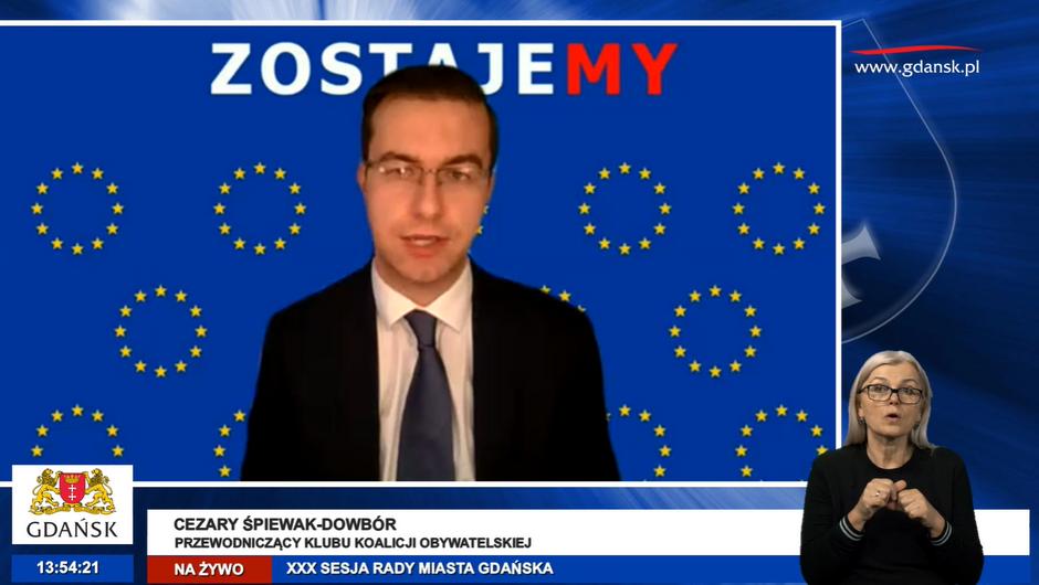Podczas listopadowej sesji radni Koalicji Obywatelskiej i Wszystko Dla Gdańska występowali przed ekranami komputerów z granatowym tłem i okręgami żółtych gwiazdek - nawiązując w ten sposób do flagi Unii Europejskiej. Na zdjęciu Cezary Śpiewak-Dowbór, przewodniczący klubu Koalicji Obywatelskiej
