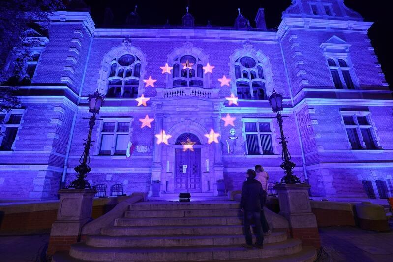 Iluminacja przedstawiająca flagę Unii Europejskiej na Nowym Ratuszu, który jest siedzibą Rady Miasta Gdańska - z okazji Dnia Europy, 9 maja 2020 roku