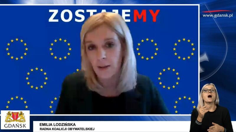Dla podkreślenia wagi więzi łączących Polskę z Unią Europejską, radni Koalicji Obywatelskiej i Wszystko dla Gdańska w swoich internetowych wystąpieniach korzystali z tła, na które składała się zwielokrotniona flaga UE i biało=czerwony napis ZOSTAJEMY. Nz. Emilia Lodzińska, radna Koalicji Obywatelskiej