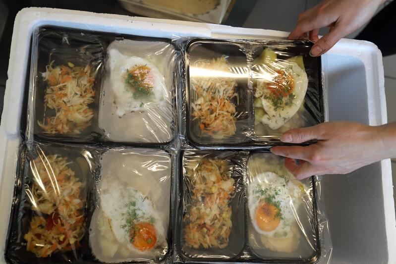 Zupa brukselkowa, pieczeń rzymska z ziemniakami, jajkiem sadzonym i surówką - taki obiad trafił do seniorów w środę 25 listopada