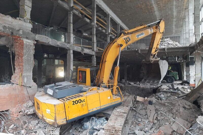 Modernizacja Dużej Sceny Teatru Wybrzeże rozpoczęła się pod koniec lipca. To dlatego we foyer pojawiły się koparki, widoczne od strony Targu Węglowego