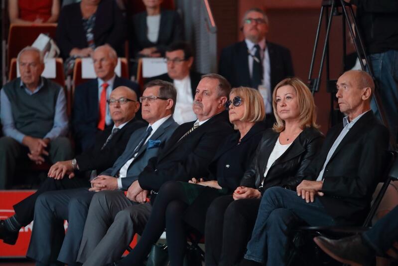 """Zenon Plech (pierwszy z prawej) 29 września 2018 roku podczas gali """"Sto medali na sto lat Niepodległej"""""""