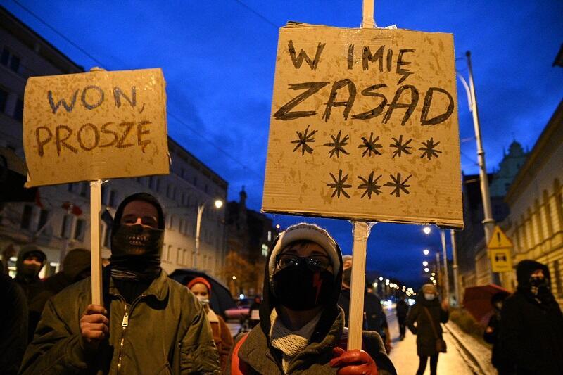 Transparenty z sobotniej demonstracji uchwycone na przystanku pod Komendą Miejską Policji w Gdańsku