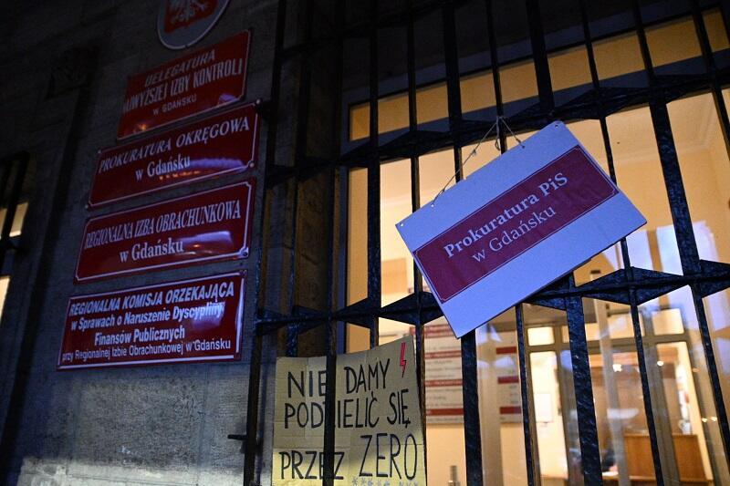 Na drzwiach wejściowych do siedziby Prokuratury Okręgowej w Gdańsku zawieszono tabliczkę stylizowaną na tablicach urzędowych...