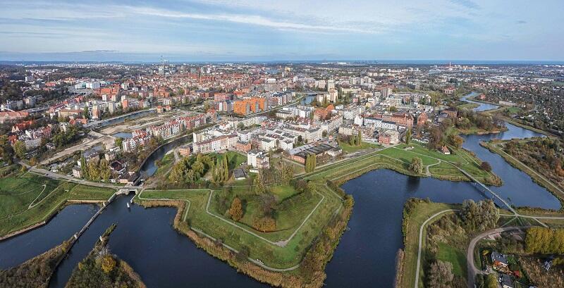 Widok na Dolne Miasto z lotu ptaka, na pierwszym planie Opływ Motławy