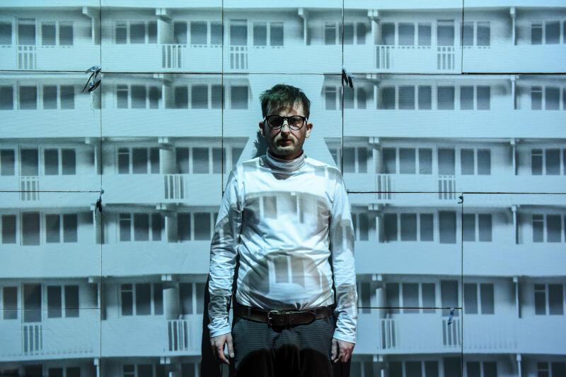 """""""Beton"""" w reżyserii Michała Derlatki to spektakl na podstawie powieści Moniki Milewskiej """"Latawiec z betonu"""". Nz. Wojciech Stachura, który brawurowo wciela się w główną rolę bezimiennego inżyniera"""