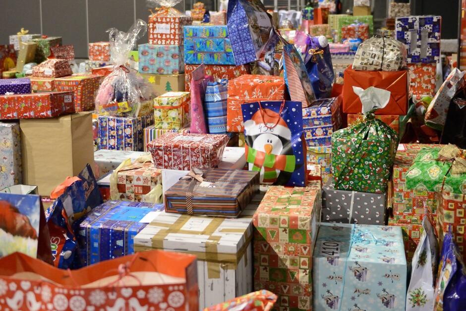 Fot. z archiwum MOPR. Finał jednej z edycji akcji Wigilijna paczka i Każdy może pomóc - na zdjęciu mnóstwo świątecznych, kolorowych paczek i prezentów dla dzieci