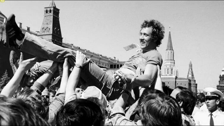 Władysław Kozakiewicz na rękach kibiców - kadr zfilmu Po złoto
