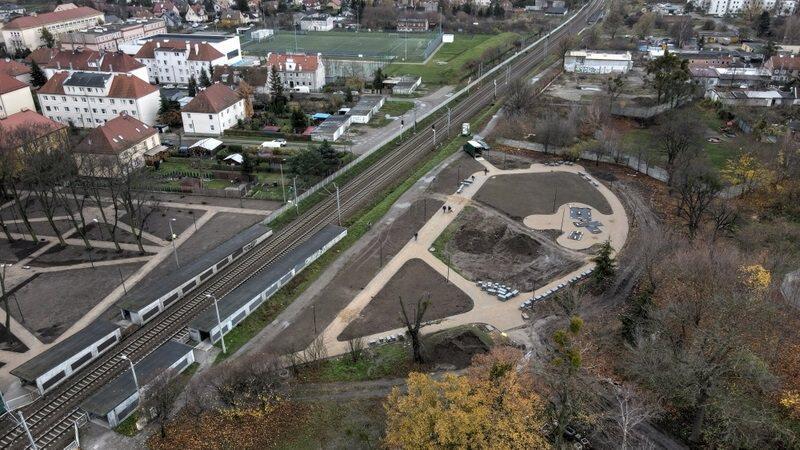 Skwer przy ul. Gościnnej - widać przebieg linii kolejowej i przystanek SKM