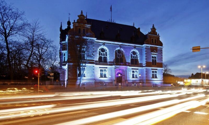 Budynek Rady Miasta w Gdańsku podczas ogólnoświatowej akcji Na niebiesko dla autyzmu . Nz. podświetlona na niebiesko w kwietniu 2014 roku