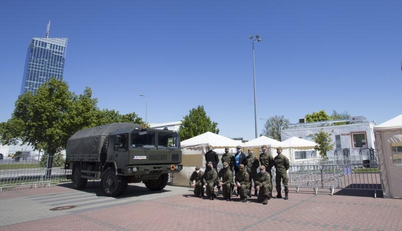 W organizacji punktów pomagają również żołnierze Wojsk Obrony Terytorialnej (WOT), dbają o bezpieczeństwo i sterują ruchem pacjentów, którzy przyjechali na badanie