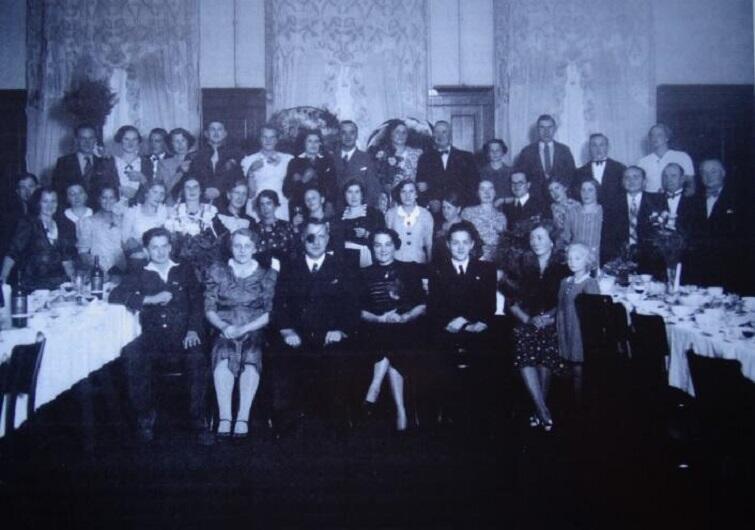 Czarno białe zdjęcie pozowane, kilkadziesiąt osób, w pierwszym rzędzie na krzesłach, dalej stojące