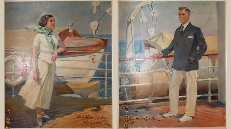 reprodukcja dwóch obrazów portretów. Kobieta w białej koszulce i zielonej apaszce  rozwianej wiatrem, w jasnej spódnicy i butach, ciemne falowane włosy do ramion, stoi podparta o reling łokciem, w tle szalupa ratunkowa nakryta brezentem, na relingu koło ratunkowe z napisem Batory Gdynia. Mężczyzna w jasnych spodniach i granatowej marynarce, białych butach, ręką trzyma reling, patrzy w dal, w tle szalupa ratunkowa i dźwig do zrzucania szalup