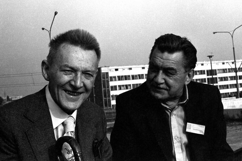 Lech Bądkowski, po lewej, z jednym z uczestników I Zjazdu NSZZ Solidarność w Hali Olivia, w 1981 roku
