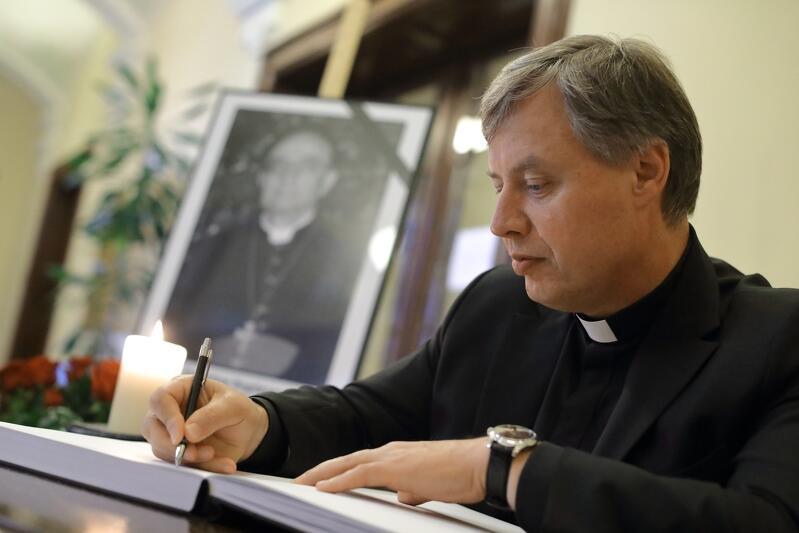 Październik 2017 r. Ks. Ireneusz Bradtke wpisuje się do księgi kondolencyjnej ks. infułata Stanisława Bogdanowicza
