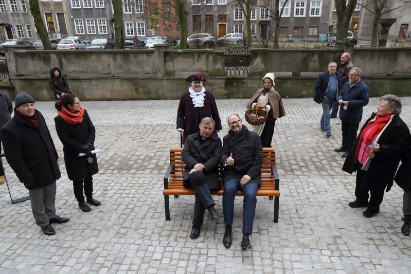 Grudzień 2017 r. Prezydent Gdańska Paweł Adamowicz i ks. Ireneusz Bradtke podczas otwarcia odnowionej ulicy Św. Ducha