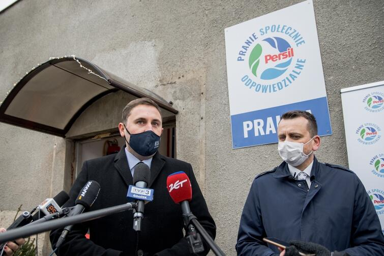 W uroczystym otwarciu nietypowej pralni wziął udział zastępca prezydent Gdańska ds. przedsiębiorczości i ochrony klimatu Piotr Borawski (po lewej). Na zdjęciu - w towarzystwie Dominika Kwiatkowskiego, prezesa Fundacji Społecznie Bezpieczni