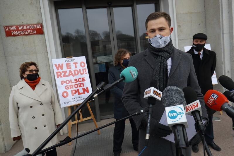 Piotr Grzelak, zastępca prezydenta Gdańska, przedstawił długą listę ważnych gdańskich inwestycji, które mogą nie dojść do skutku, jeśli rząd zgłosi weto do budżetu UE