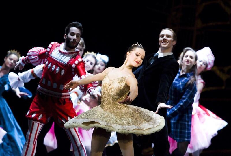 Balet Dziadek do orzechów  miał premierę w Operze Bałtyckiej 30 listopada 2017 roku. Teraz możemy zobaczyć go online