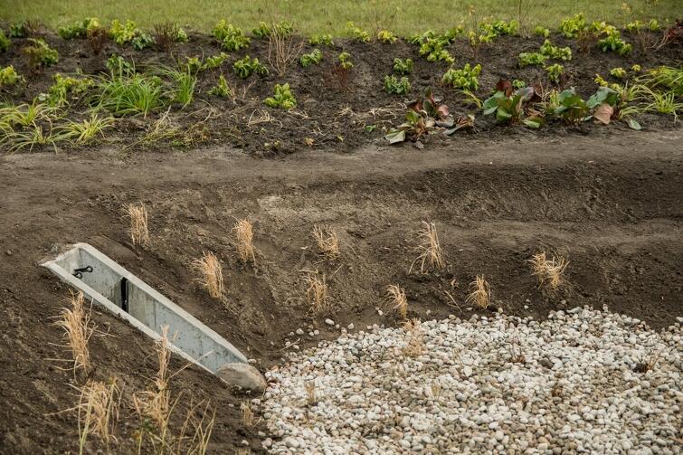 Nowy ogród jest wyposażony w tzw. system przelewu awaryjnego: to, co nie zmieści się w jednej niecce, powinno zmieścić się w kolejnych