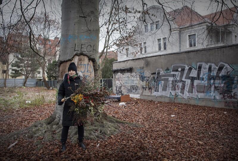 Julita Wójcik i jej sekret - artystka pozuje przed 150-letnim bukiem