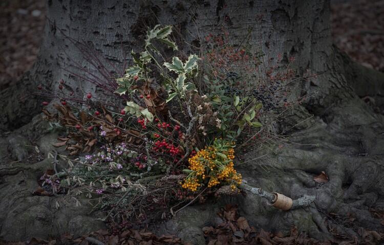 zimowy bukiet - składa się z suszonych białych, żółtych i czerwonych roślin