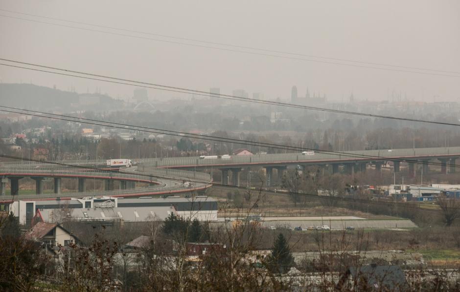 Z tego miejsca zobaczyć można m.in. obszary przemysłowe, takie jak rafineria i fermy wiatrowe
