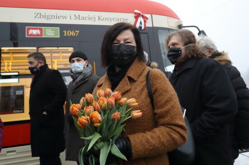 Hanna Kosycarz, wdowa po Macieju Kosycarzu, z bukietem kwiatów na chrzcie tramwaju, który od teraz nosi imię jej męża i teścia