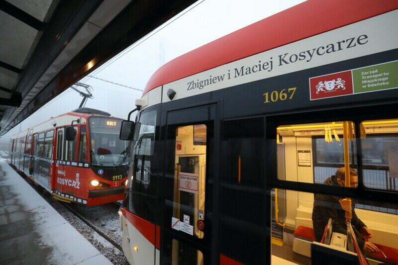 Dwa tramwaje na pętli na Chełmie. Pierwszy, nowy - nosi imię Zbigniewa i Macieja Kosycarzów. Drugi - starszy, jest ruchomą wystawą prac obu fotoreporterów, ponieważ oklejono go grafikami pokazującymi ich zdjęcia z różnych okresów życia Gdańska