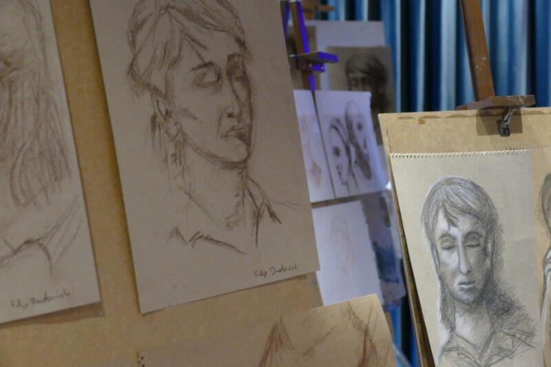 Uczestnicy Oliwskiej Akademii Sztuki w tym roku uczyli się w czterech stałych grupach. Jedna z nich zgłębiała tajniki rysunku