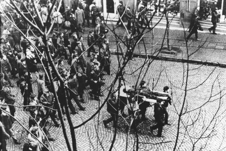 Najsłynniejsze i najważniejsze zdjęcie Grudnia '70, wykonane przez Edmunda Peplińskiego. Manifestanci niosą na drzwiach zwłoki 18-latka zastrzelonego przez komunistyczne władze. To ulica Świętojańska w Gdyni. Przez lata myślano, że ofiarą był Janek Wiśniewski, dopiero w wolnej Polsce poznaliśmy prawdziwą tożsamość chłopca - Zbyszek Godlewski. Edmund Pepliński to zdjęcie zrobił z okna swojego mieszkania przy ul. Świętojańskiej 66