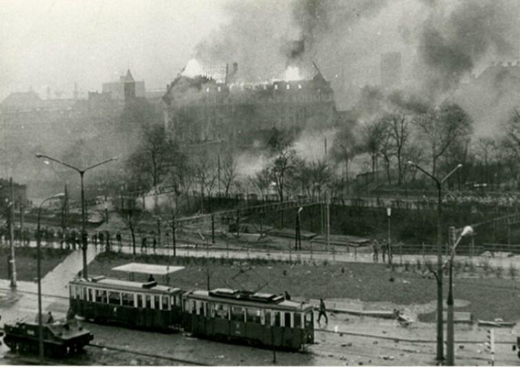 Widok płonącego gmachu KW PZPR z perspektywy ówczesnej Komendy Miejskiej MO (obecnie Komenda Miejska Policji przy ul. Długie Ogrody)
