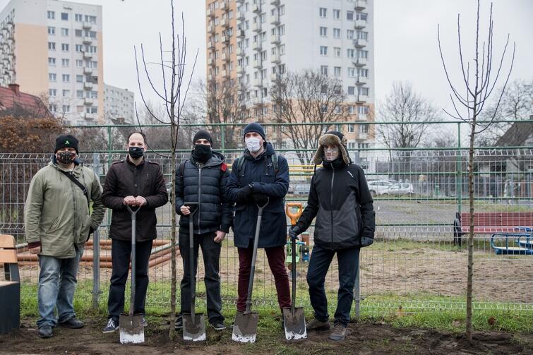 Pięć nowych jabłonek i pięciu radnych dzielnicy Oliwa, którzy je zasadzili: (od lewej) Tomasz Strug, Mikołaj Sobczak, Oskar Kruszyński, Jan Faściszewski i Jakub Raciborski