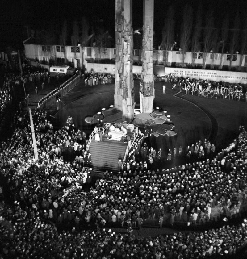 Uroczystość odsłonięcia Pomnika Poległych Stoczniowców przy bramie nr 2; 16 XII 1980
