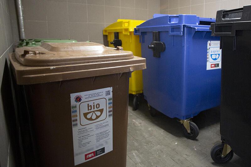 O brak dostępu dla osób postronnych do miejsca gromadzenia odpadów (np. umieszczenie ich w zamykanej wiacie) zadbać musi wspólnota mieszkaniowa