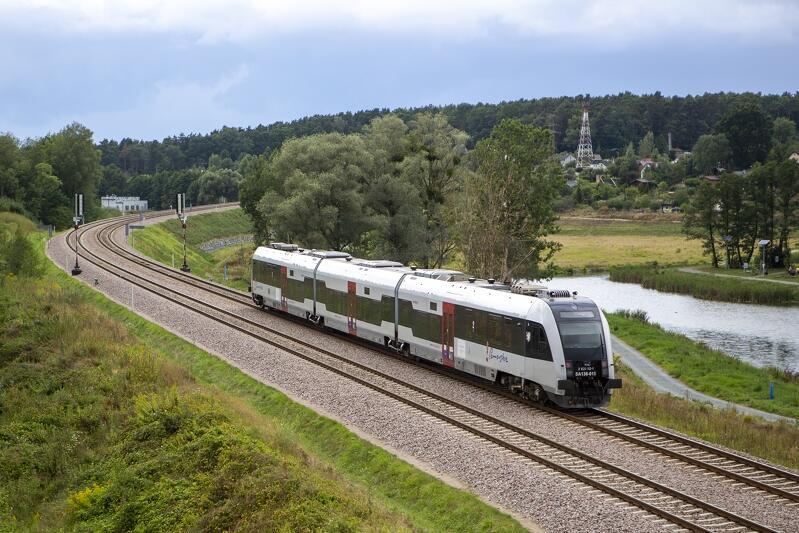 Gdańsk Kiełpinek, tory kolejowe Pomorskiej Kolei Metropolitalnej (PKM), na nich szynobus Szybkiej Kolei Miejskiej (SKM)