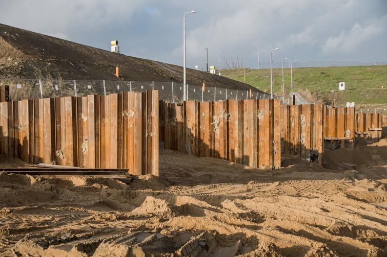 Na placu budowy zauważyć można m.in. ustawione już ścianki szczelne