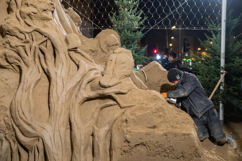 Wykonane z ponad 70. ton piasku dzieło robi ogromne wrażenie, ogromnej też pracy wymagało od rzeźbiarzy. Na zdjęciu Bartosz Chylewski wykonujące ostatnie detale