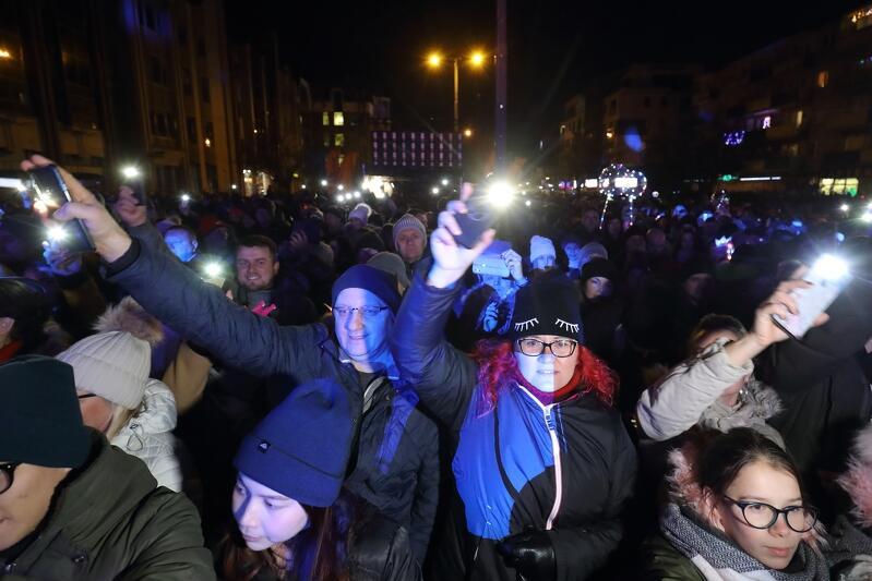 Rok temu sylwestrowy koncert Zakopowera na Targu Węglowym zgromadził tłumy. W tym roku nie wolno wyjść z domu nawet po to, by postrzelać fajerwerkami - rząd uznał, że to konieczne w walce z epidemią koronawirusa