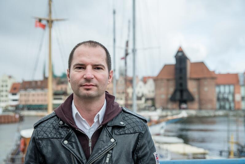 Tomasz Hildebrandt z wykształcenia jest prawnikiem, ale zawodowo zajmuje się kulturą: udzielał się jako animator i manadżer, w swoim dorobku ma także kilka tomów kryminalnych powieści