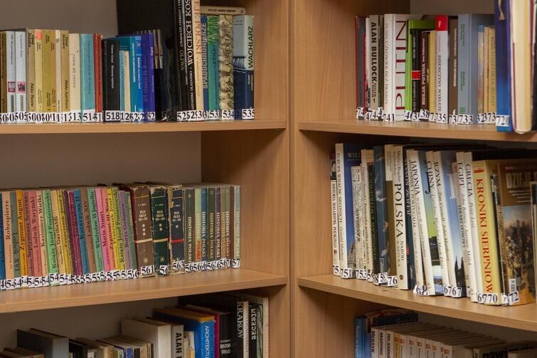 Przed uruchomieniem biblioteki każda książka została spisana i oznaczona konkretnym numerem porządkowym