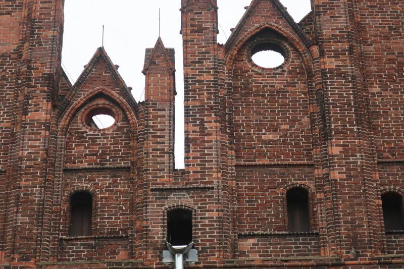 górny fragment elewacji kościoła dominikanów. Ceglany budynek
