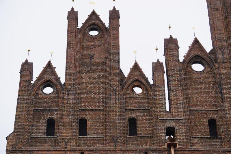 Kościół św. Mikołaja, który jest siedzibą klasztoru gdańskich dominikanów, po kilku miesiącach prac, prezentuje odnowioną elewację i szczyty po stronie zachodniej. Nz. fragment szczytu wraz z odrestaurowanymi dekorami